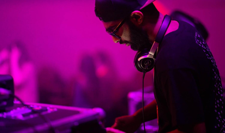 DJ NiFEM spiller i caféen på driv under studentuka lørdag 22. februar